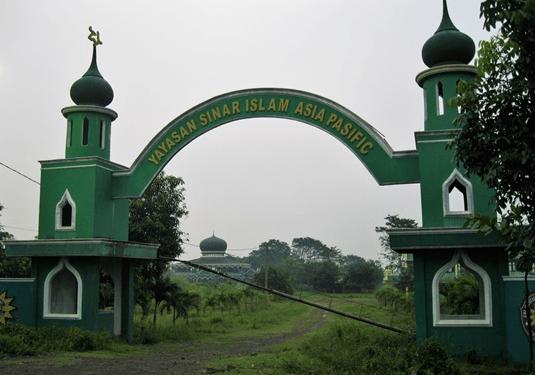 gerbang masuk Masjid Al-Haan Ponpes Sinar Islam Asia Pasific Cariu Bogor