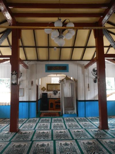 interior Masjid Al-Ikhlas Sijuk – Masjid Tertua di Belitung
