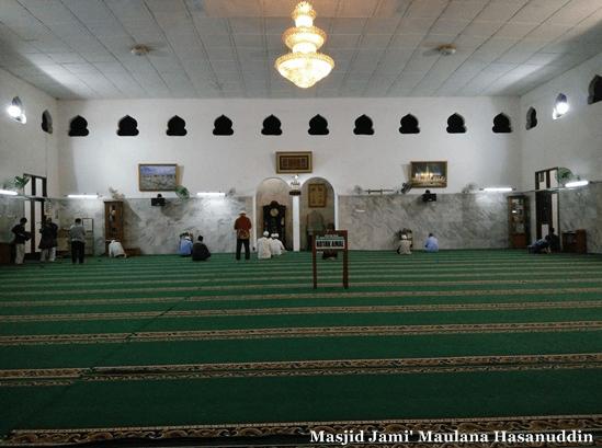 interior masjid jami maulana hassanudin