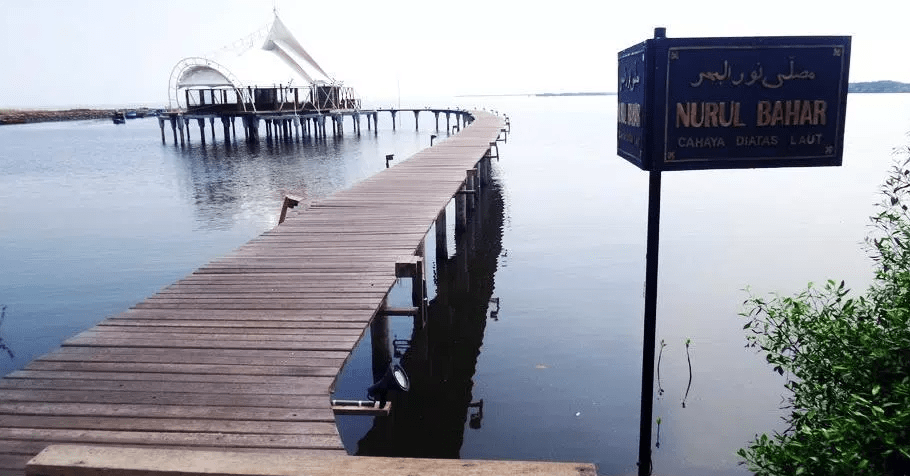 arsitektur Musholla diatas laut Nurul Bahar Probolinggo