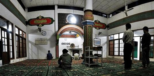 interior Masjid Jami' Al-Jihad Pasir Randu
